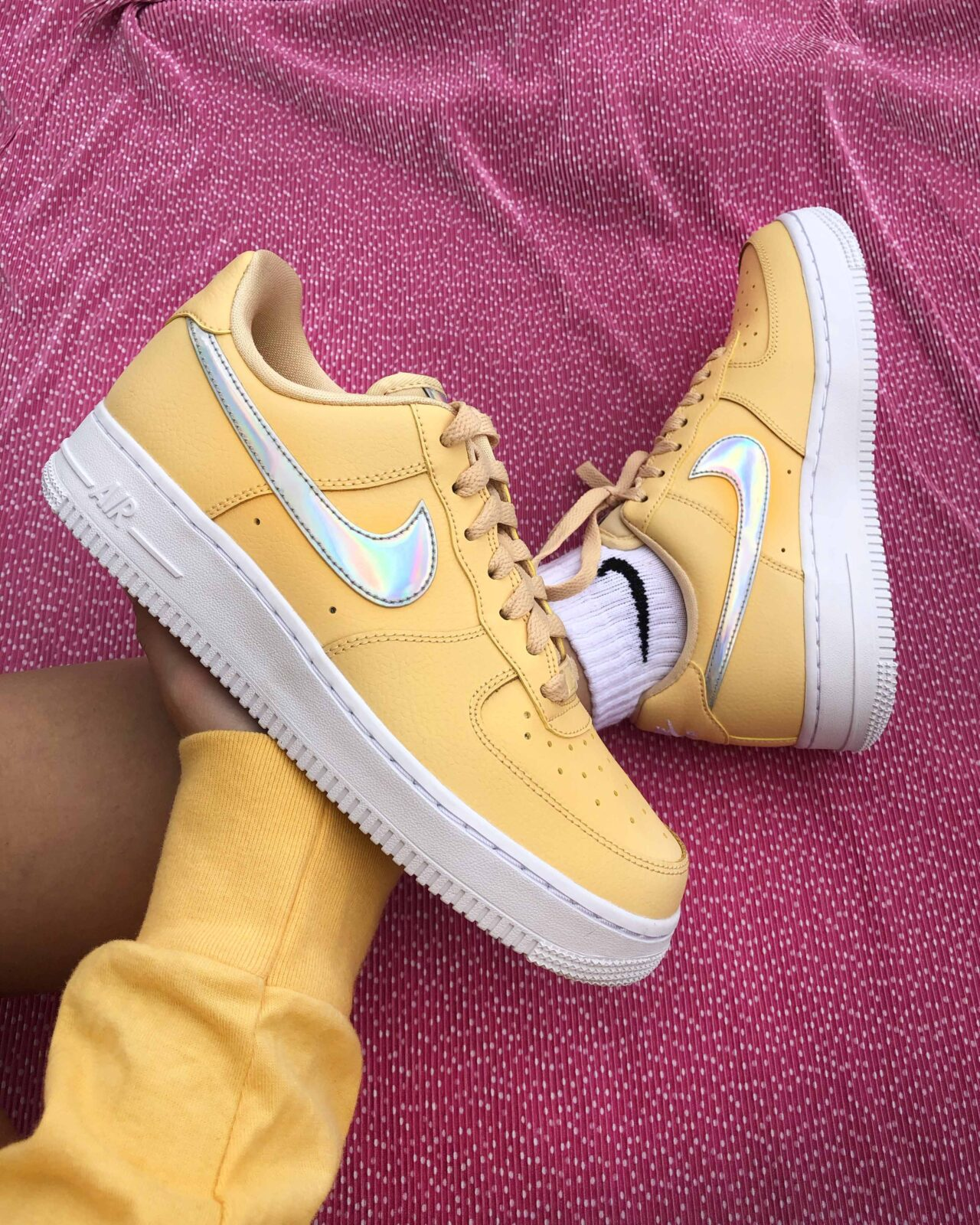 Especialidad Camello Matón  The Zesty Nike Air Force 1 'Lemon Iridescent Swoosh' Is Still In Stock At  ASOS! | The Sole Womens